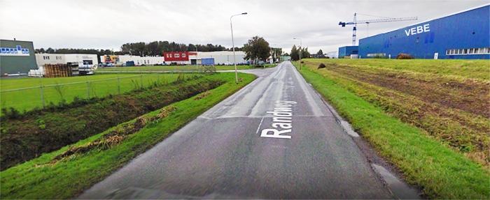 Op de randweg slaat u bij de eerste afslag linksaf, bij de grote blauwe hal aan de rechterkant met grote letters VEBE in Hasselt